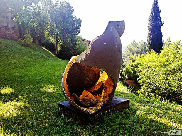 escultura cerámica Miró jardín