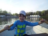 Кататься на лодке по Круглому пруду в Измайловском