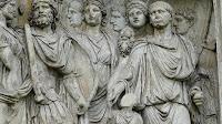 Detalle del Arco de Trajano en Benevento, el emperador aparece representado a la derecha