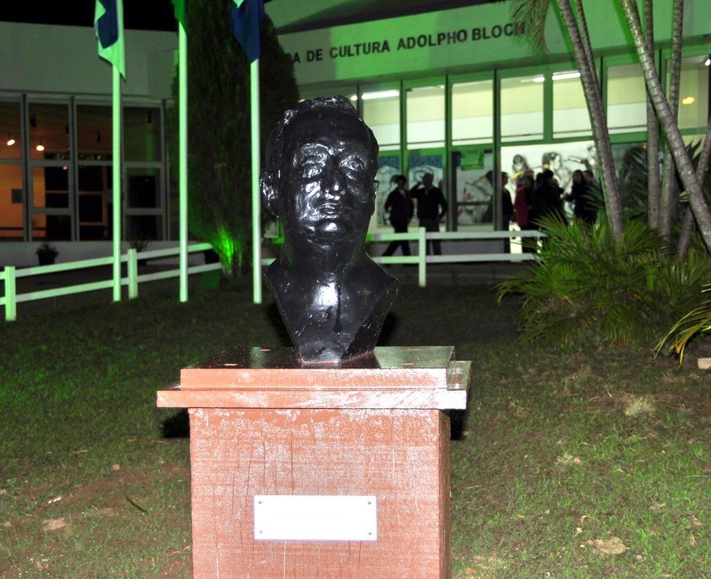 O busto de Adolpho Bloch foi instalado no jardim da Casa de Cultura