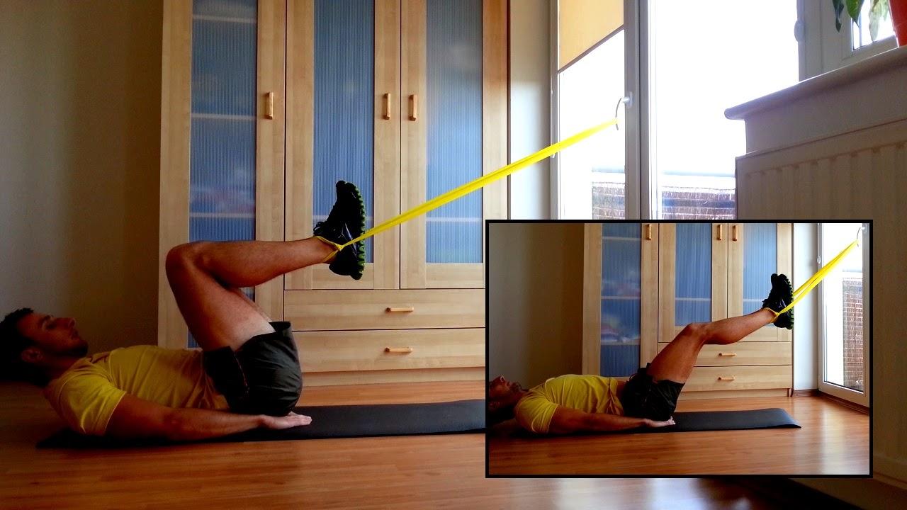 Przyciąganie nóg do klatki piersiowej z gumą