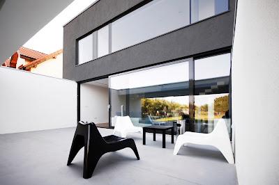 ruang tamu rumah minimalis hitam putih