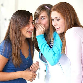 المرأة تقضي 5 ساعات يوميا في النميمة والثرثرة  - افشاء الاسرار - women gossiping