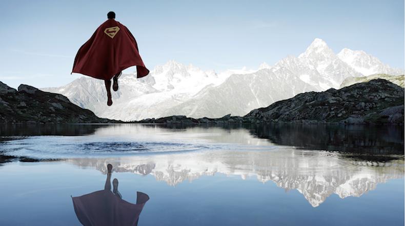 Solitarios superheroes buscando momentos de silencio en impresionantes paisajes