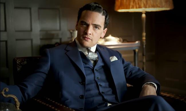 Lucky Luciano viste un tres piezas azul