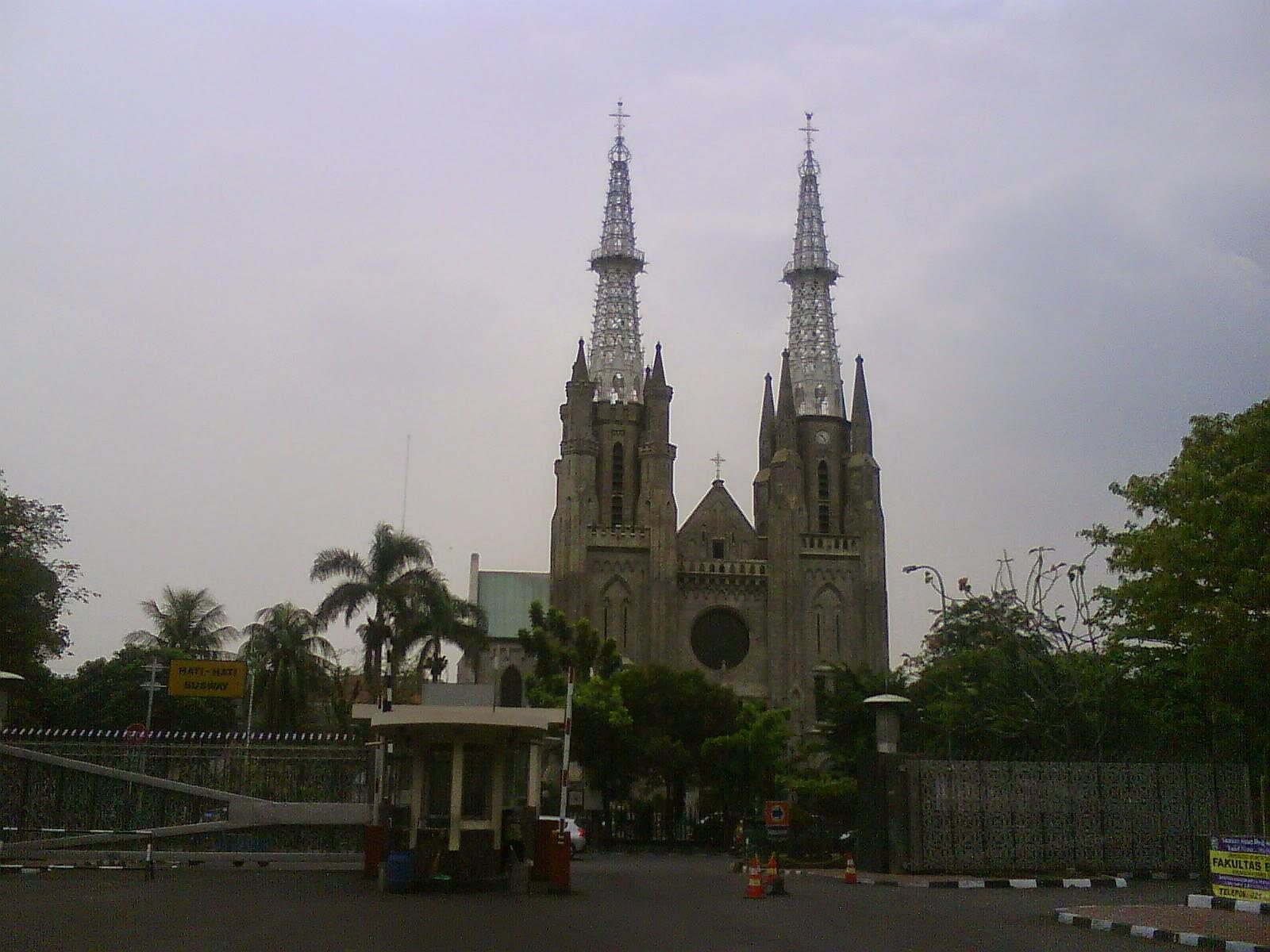 Katedral Jakarta di lihat dari Masjid Istiqlal