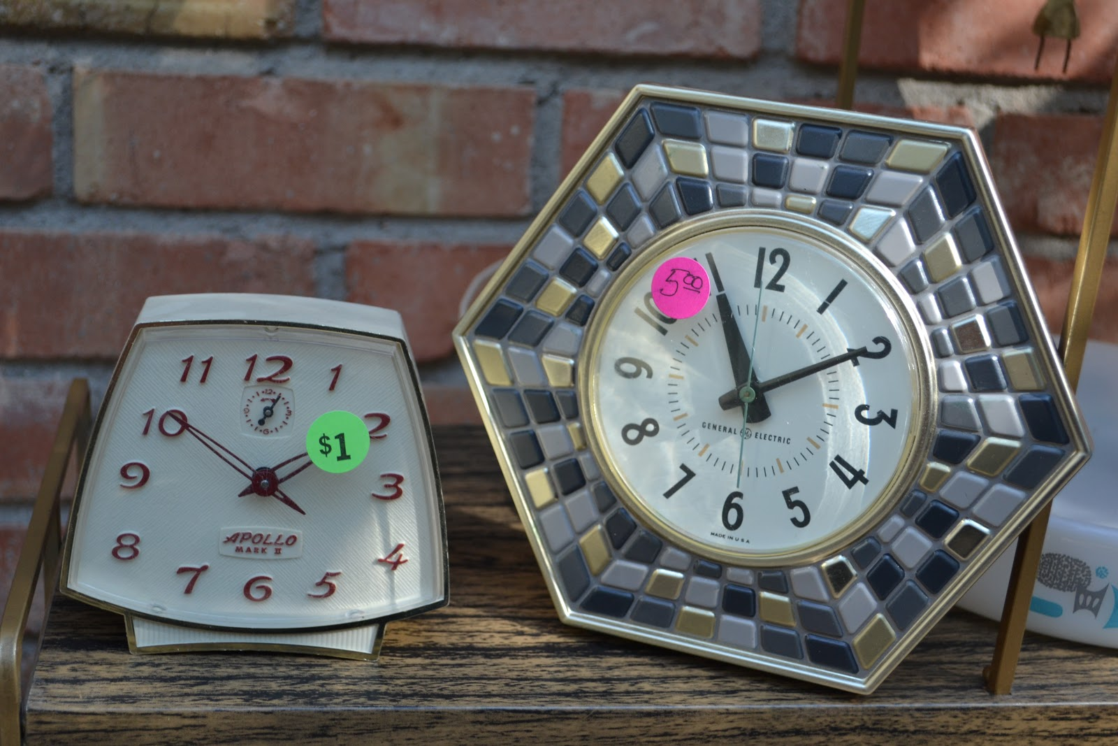 Andromeda vintage a little bit of yard sale stalking for Cool nightstand clocks