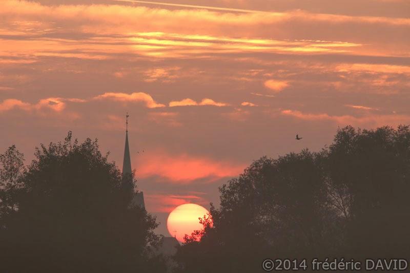 silhouette ciel matin soleil aube clocher campagne Seine-et-Marne