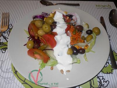 Ensalada del buffet con la salsa de yogur casero.