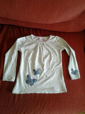 camiseta con mariposas cosidas a mano