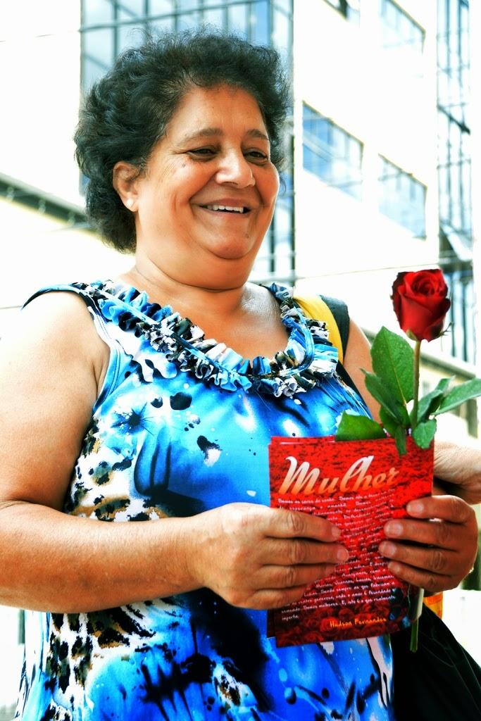 Mulheres que passaram pela Calçada da Fama na última sexta-feira, 6, receberam flores e informações sobre seus direitos