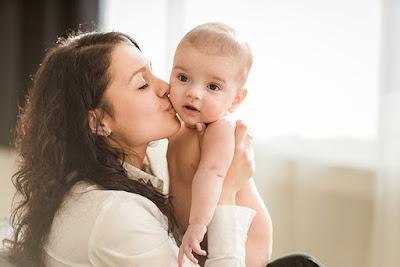 perkembangan bayi tiap bulan