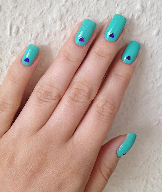 Miętowe paznokcie słodkie długie hola paola fioletowe cekiny serduszka serca walentynkowe walentynki na lato blog o paznokciach hybrydy niebieskie paznokcie idealny kolor
