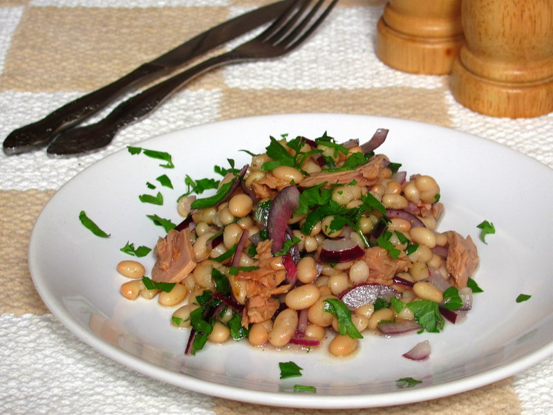 Салат из тунца, фасоли и красного лука.
