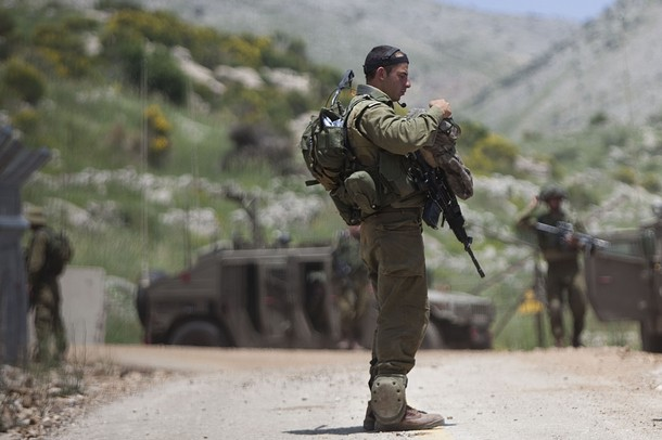 israël Israeli+soldiers+patrol+along+the+border+fence+between+the+Israeli-annexed+Golan+Heights+and+Syria+next+to+the+Druze+village+of+Majdal+Shams+%25281%2529