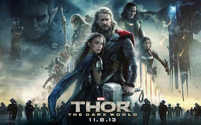 Thor und Jane in einer Schlachtumarmung, hinter ihnen die Helden und Schurken des Films