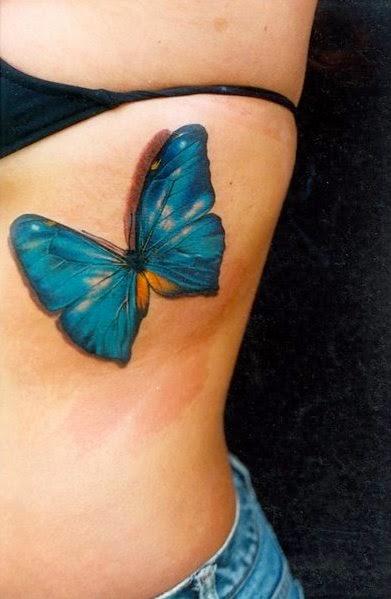 Tatuaje mariposa azul en las costillas