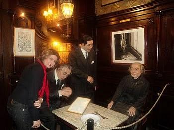 Com Borges, Carlos Gardel e Alfonsina Storni no Café Tortoni, em Buenos Aires