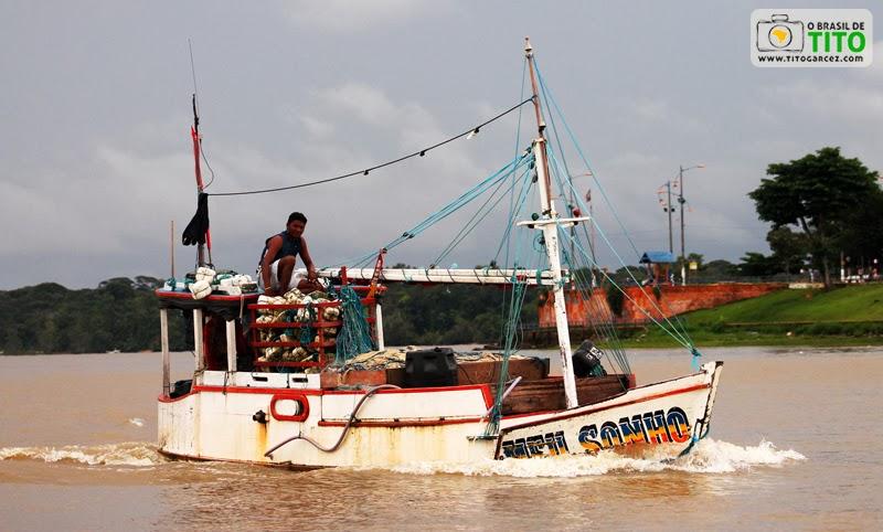Barco de pesca Meu Sonho navega pela baía do Guajará, em Belém - Pará