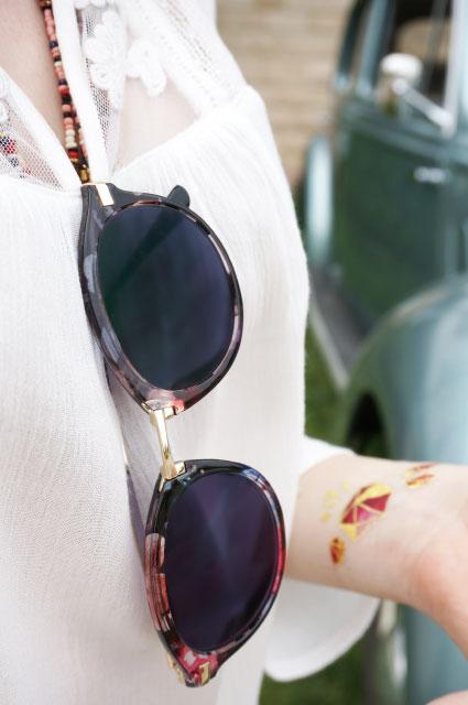 Look mode bohème, haut fluide pour l'été, lunettes de soleil à fleurs et tatouage éphémère doré