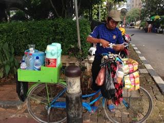 Makanan Khas Indonesia – Cara Berjualan Makanan Di Indonesia sepeda atau sepeda motor