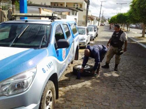 Criminosos furaram pneus de viatura (Foto: Calila Notícias)