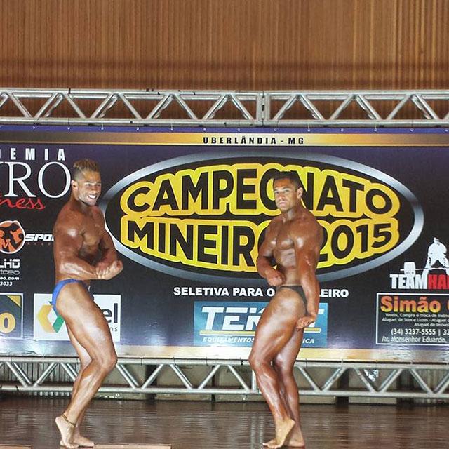 Wisley Valentim faz pose para os árbitros em competição de fisiculturismo. Foto: Arquivo pessoal