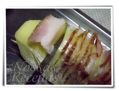 receita de batatas fatiadas recheada com bacon e assadas. fotos passo a passo