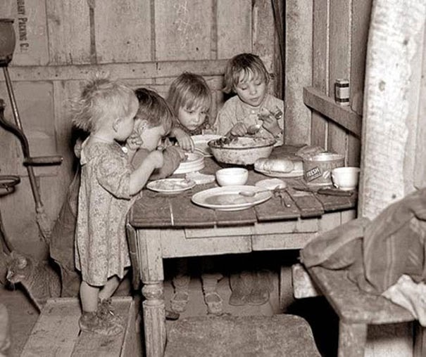 40 Must-See Photos Of The Past - Christmas dinner during Great Depression: turnips and cabbage