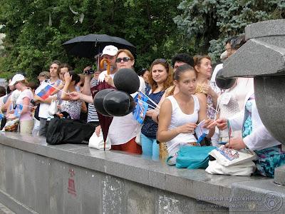 Зрители на каменном парапете ждут прибытия эстафеты огня
