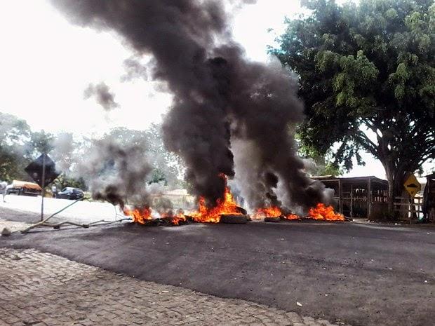 Protesto é realizado na manhã desta sexta-feira (Foto: Site Voz da Bahia / Marcus Augusto)