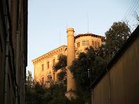 La xemeneia de Cal Pons i al darrere la Torre Nova