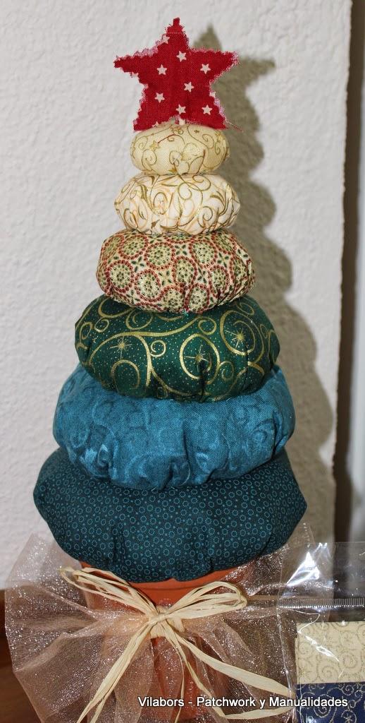 Pequeño pino de tela hecho con Fat Quarters navideños. Patchwork Vilabors