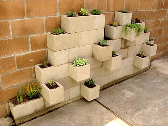 jardim vertical tijolo:DIY Cinder Block Garden