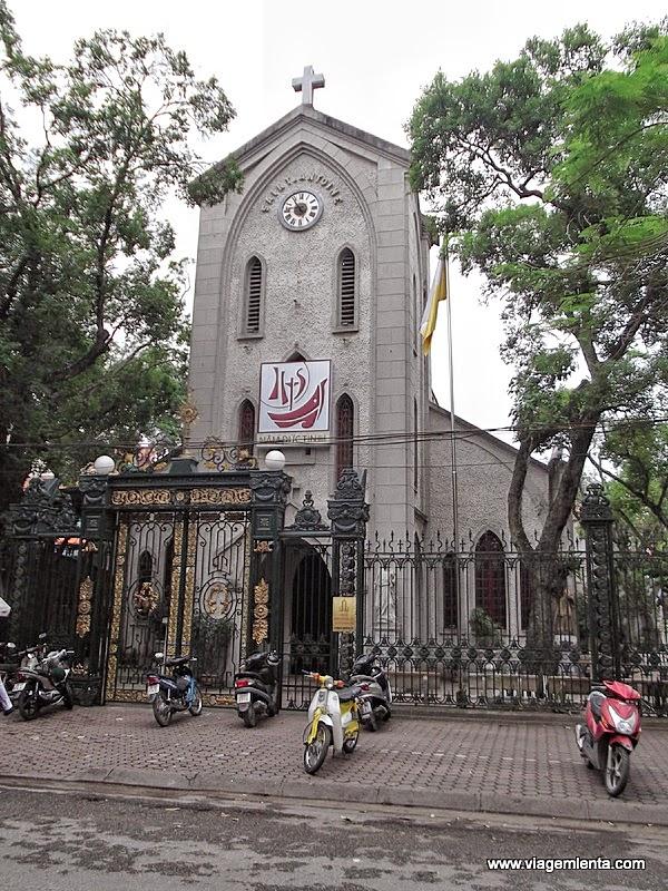 A viagem para Hanói e Halong Bay, no norte do Vietnã. Fantástica beleza mesmo em chuva e as atrações da capital.