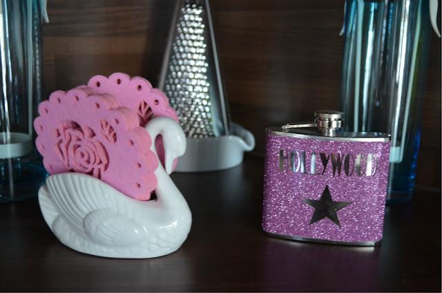 Pinkki turkoosi keittiö sisustus pinkki glitter taskumatti hollywood pinkit lasinaluset pentik tuikkukippo turkoosi