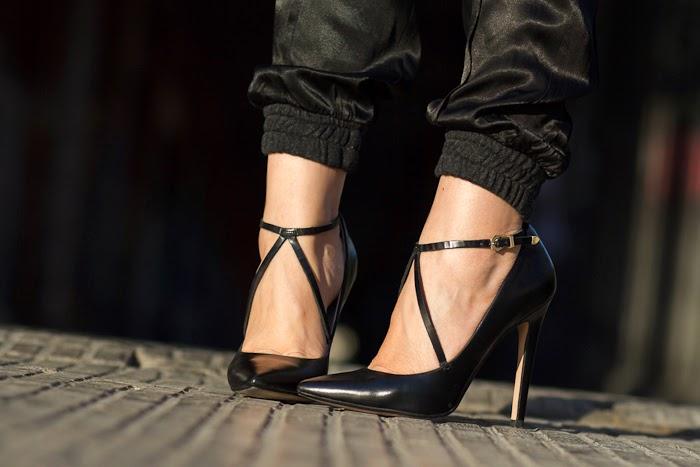 Stilettos con tiras de piel cruzadas en el empeine de Zara