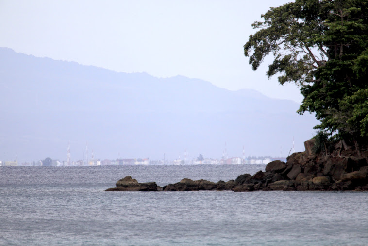 Suasana Banda Aceh terlihat dari Pantai Nipah