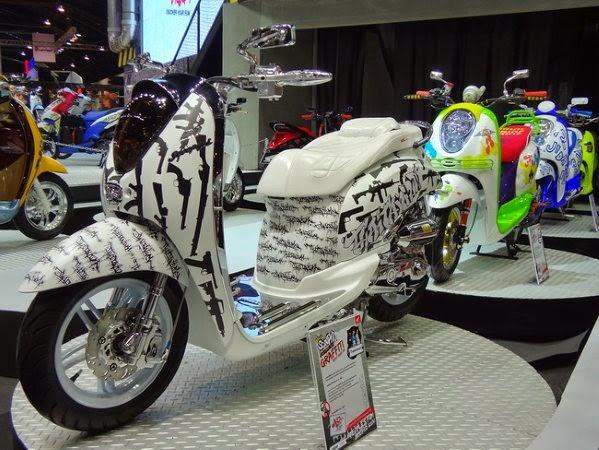 Modifikasi Airbrush Honda Scoopy Hitam Putih