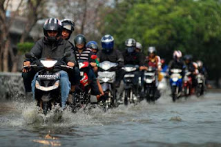 Berkendara saat banjir