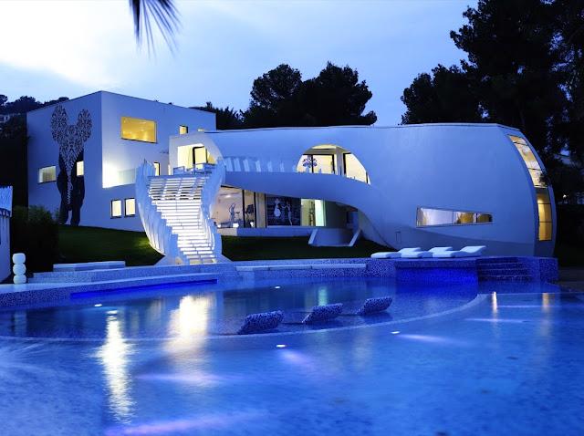 большой красивый дом с бассейном внутри