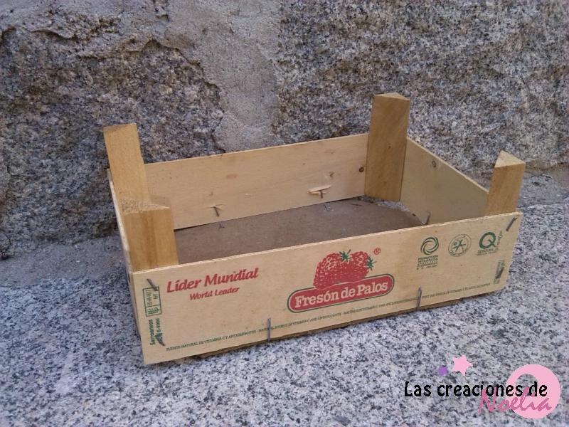 Las creaciones de noelia caja de fresas para nora - Decorar cajas de madera con servilletas ...