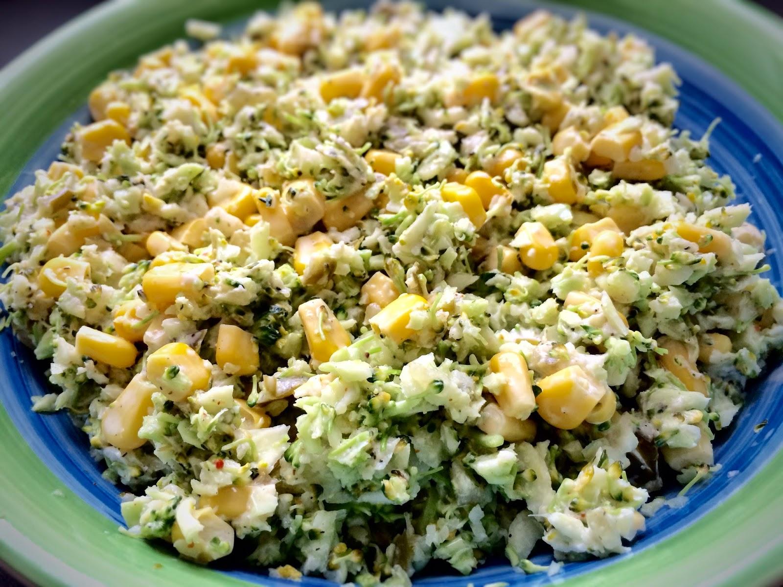 surowe brokuly, salatka, kukurzydza, ptysiu mietowy