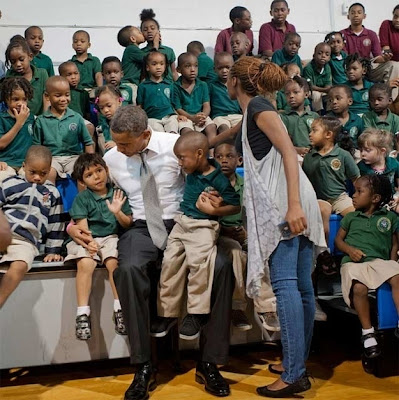 niño besa a niña en foto con obama
