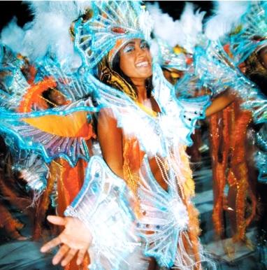 Bella mujer en Río de Janeiro con linda sonrisa