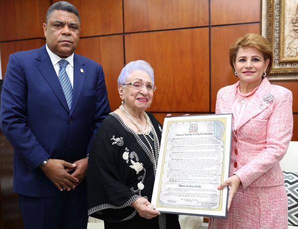 María Cristina Camilo recibe homenaje