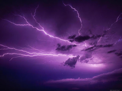 tormenta eléctrica violeta