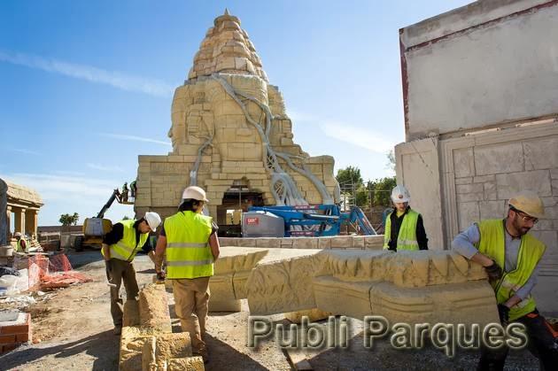 Trabajadores en plena faena en la construcción de Angkor