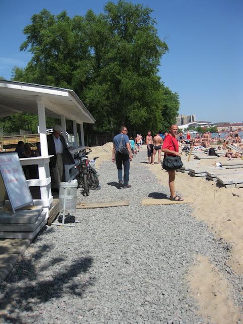 бетонная дорога на пляже