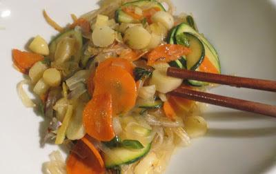 Glasnudeln mit Gemüse und Blüten auf meinem Teller